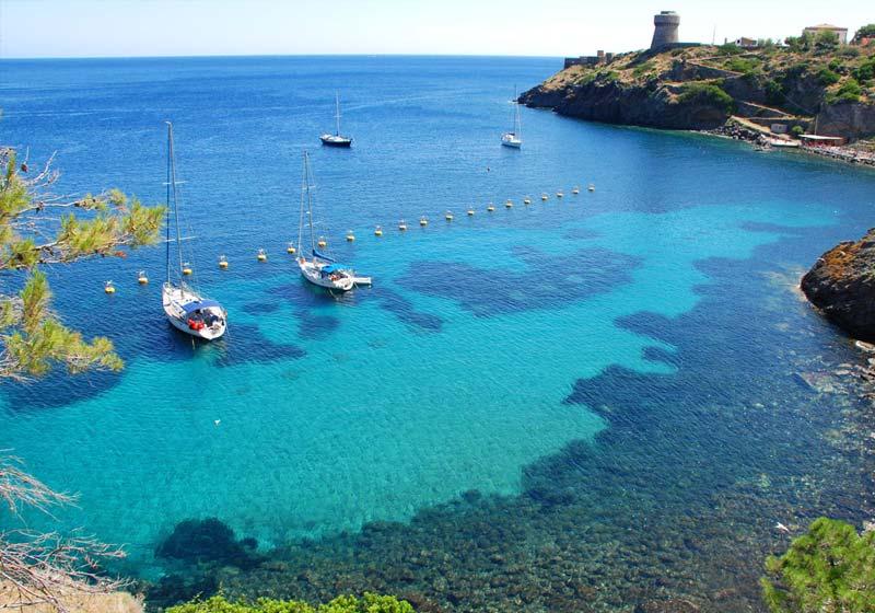 Baia del porto dell'isola di Capraia